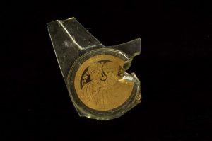 """Ein Fragment der Boden einer flachen Schüssel mit eingelegten Goldfolie, mit der Aufschrift """"Florentes""""- """"Blühend"""" (zweite Hälfte des 4. Jahrhunderts)"""