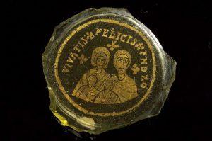 """Zweischichtiger vergoldeter Glasboden, der eine vierköpfige Familie mit der Inschrift  """"Vivatis felicis in Deo""""- """"Leben Sie glücklich in Gott"""" darstellt (zweite Hälfte des 4.Jahrhunderts)"""