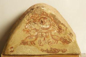Dreieckiges Tympanon der Gruft stellt zwei Pfaue und Christogramme dar(zweite Hälfte des 4.Jahrhunderts)