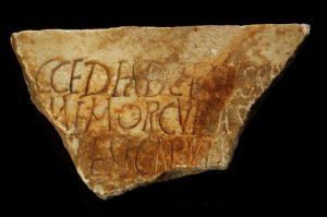 Ein Fragment der Inschrift auf der Certissia erwähnt wurde(zweite Hälfte des 4.Jahrhunderts)